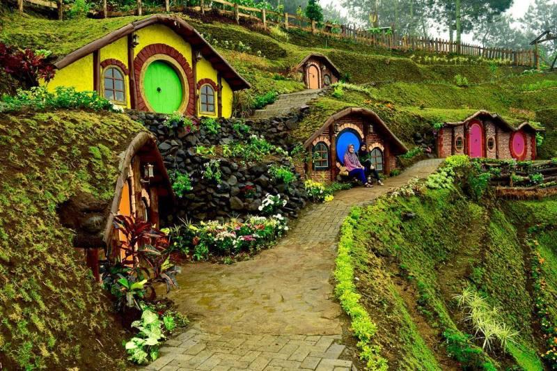 rumah hobbit coban rais